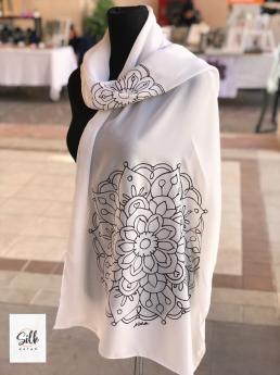 شال أبيض مع رسم يدوى لمندالا سوداء